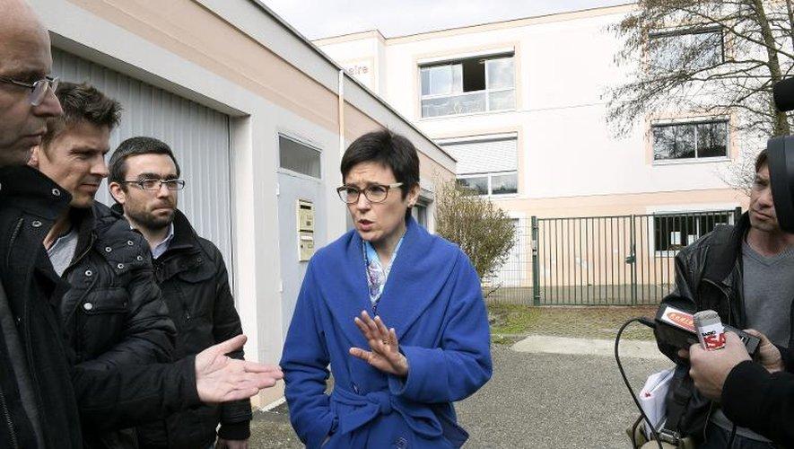 L'inspectrice d'académie de l'Isère, Dominique Fis répond aux questions des journalistes, le 24 mars 2015 à Villefontaine