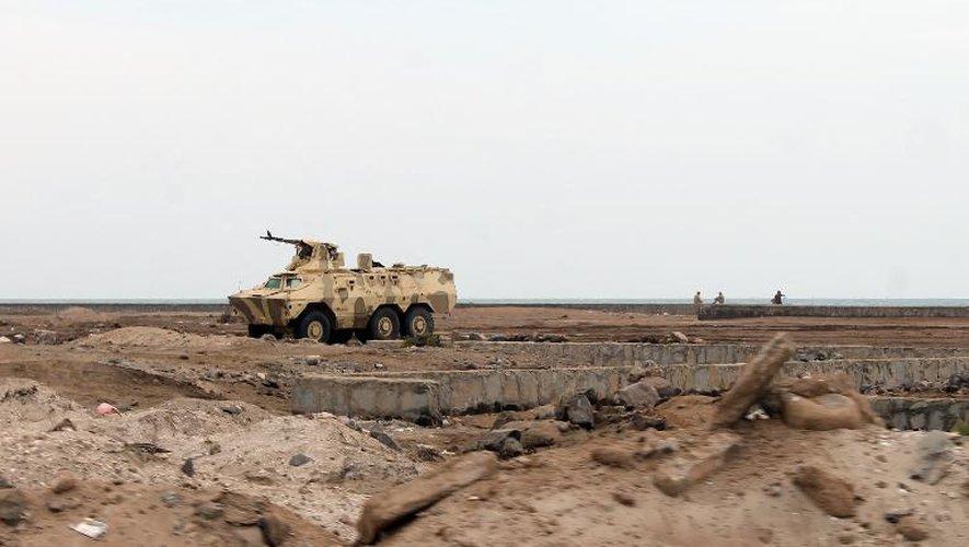 Les troupes yéménites loyales au président Abd Rabbo Mansour Hadi prennent position le 23 mars 2015 sur la côte au sud de la ville d'Aden dans l'attente des milices chiites Houtis