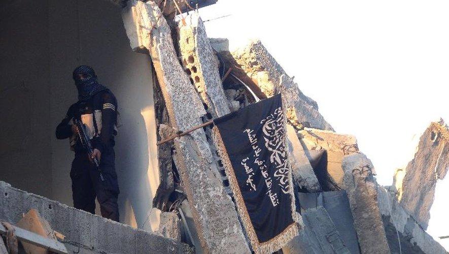 Un combattant du Front Al-Nosra, branche d'Al-Qaïda en Syrie, monte la garde dans un bâtiment détruit de Yarmuk, au sud de Damas, le 22 septembre 2014