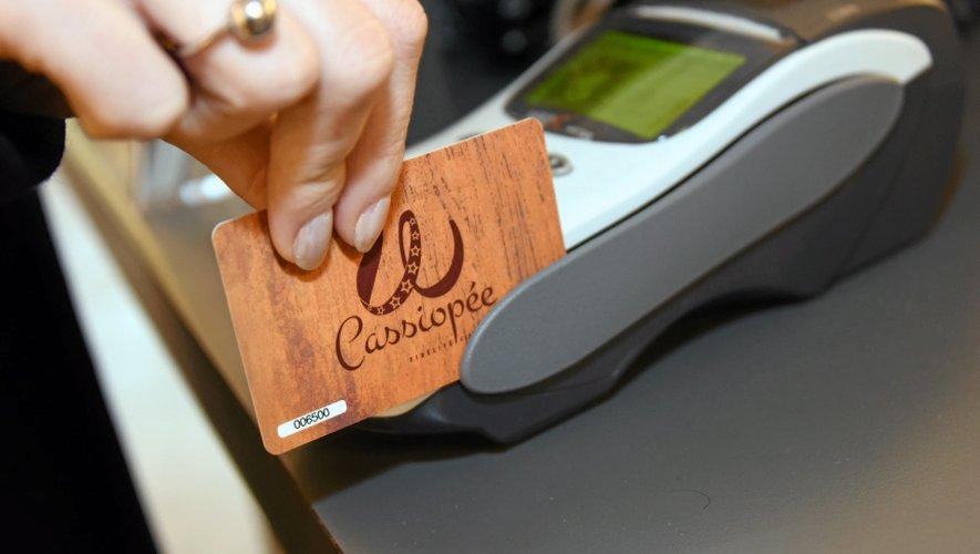La carte fidélité  a été financée à parts égales par l'Agglo, la CCI et l'association. Son installation a coûté 70 000 euros. Après 250 euros de lancement, chaque mois, le commerçant paie 20 euros  de frais.