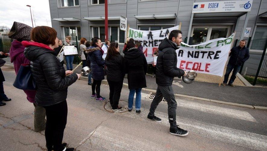 Après l'opération escargot dans les rues du village dimanche, les parents d'élèves ont protesté, lundi, devant les locaux de l'Éducation nationale à Rodez.