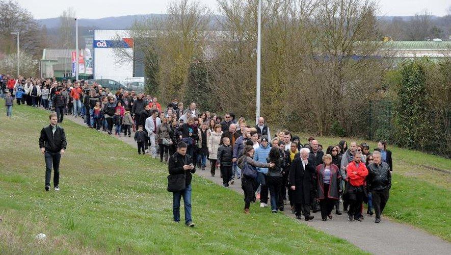 Marche silencieuse en soutien aux enfants victimes de viols présumés, commis par le directeur d'une école primaire de la ville, le 28 mars 2015 à Villefontaine (Isère)
