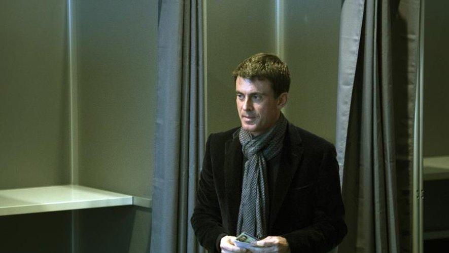 Manuel Valls dans un bureau de vote à Evry le 29 mars 2015