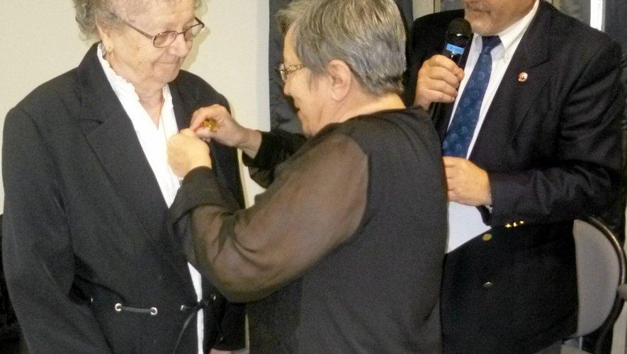 Josette Béteille reçoit la médaille des mains de Nicole Schira.
