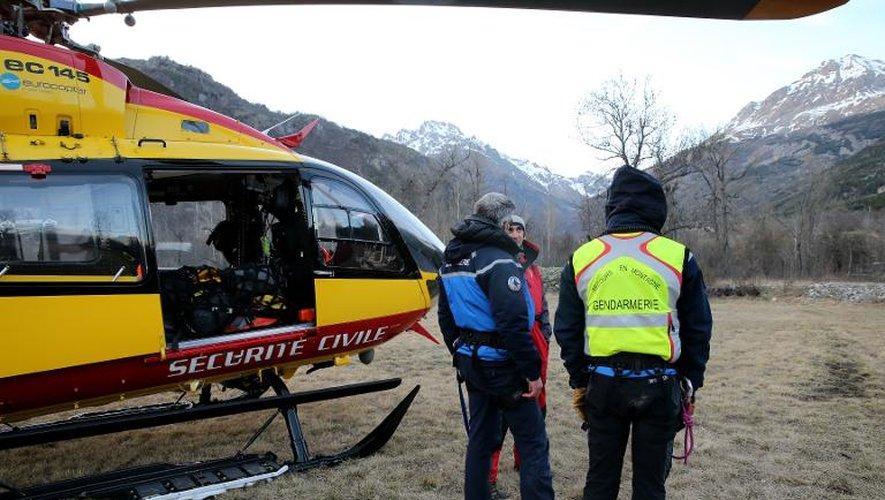 Des gendarmes et des secouristes après leur intervention dans le massif des Ecrins suite à une avalanche qui a fait trois morts, le 1er avril 2015 à Vallouise dans les Alpes françaises