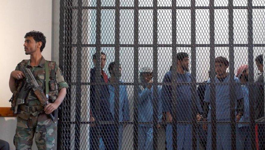 Des Yémenites suspectés d'appartenir à Al-Qaïda emprisonnés à Sanaa le 29 décembre 2013, après une audience au tribunal