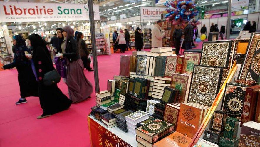 Un stand exposant des exemplaires du Coran sont en vente dans les allées de la rencontre annuelle des musulmans de France au Bourget, le 3 avril 2015