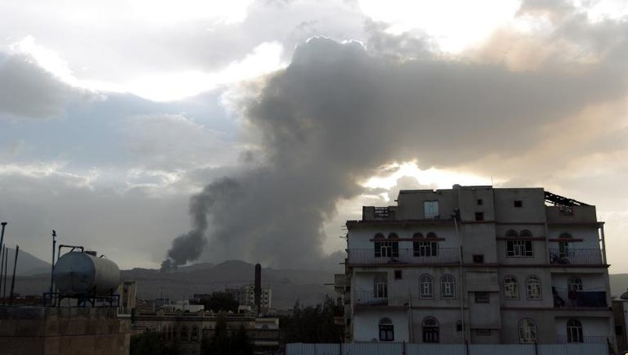 De la fumée après un bombardement, le 6 avril 2015 à Sanaa, la capitale du Yémen