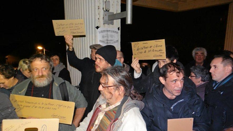 Les membres du collectif attendent le maire sur le parvis de la maire.