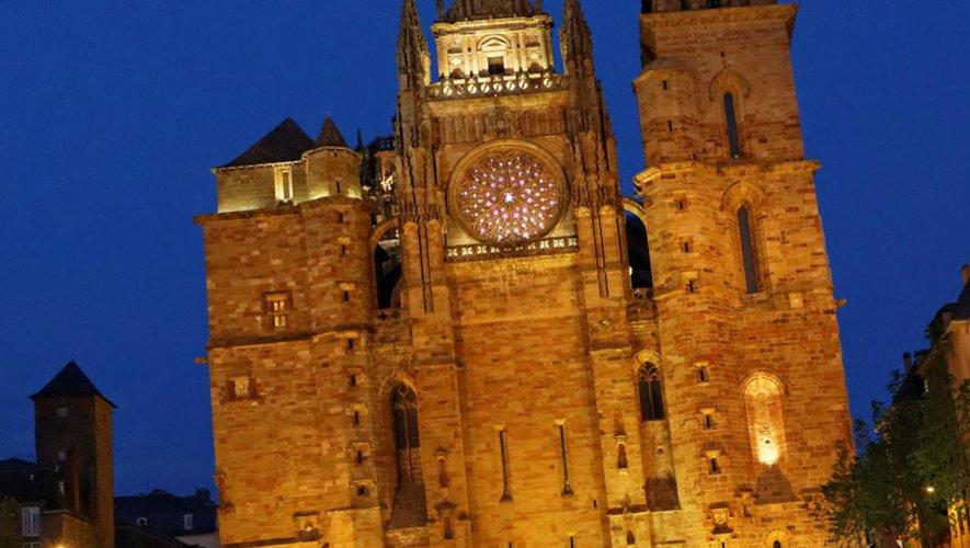 Les trois base jumpers ont sauté depuis le balcon surplombant la rosace de la cathédrale de Rodez.