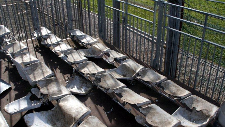 Siège arrachés, filets déchirés, barrières défoncées... En l'espace de 90 minutes, la tribune réservée aux supporters héraultais a particulièrement souffert.