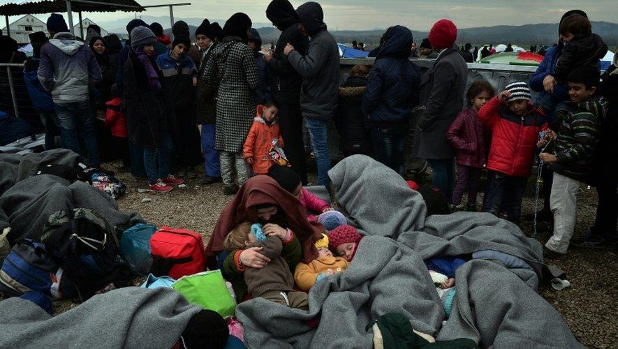 Des enfants dorment dans des camps bondés de réfugiés à la frontière greco-macédonienne près d'Idomeni le 28 février 2016