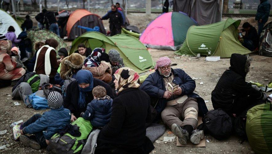 Des réfugiés attendent à la frontière entre la Grèce et la Macédoine à Idomeni, le 28 février 2016