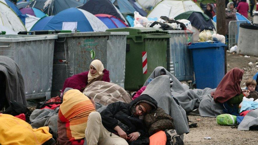 Des réfugiés tentent de se reposer dans un camp de fortune à la frontière entre la Grèce et la Macédoine, le 28 février 2016