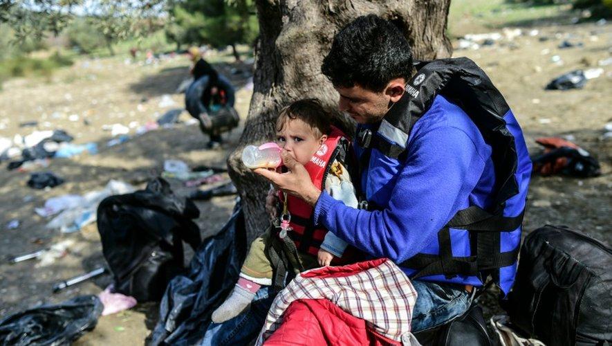 Un Syrien donne le biberon à son fils après son arrivée sur l'île de Lesbos, le 28 février 2016