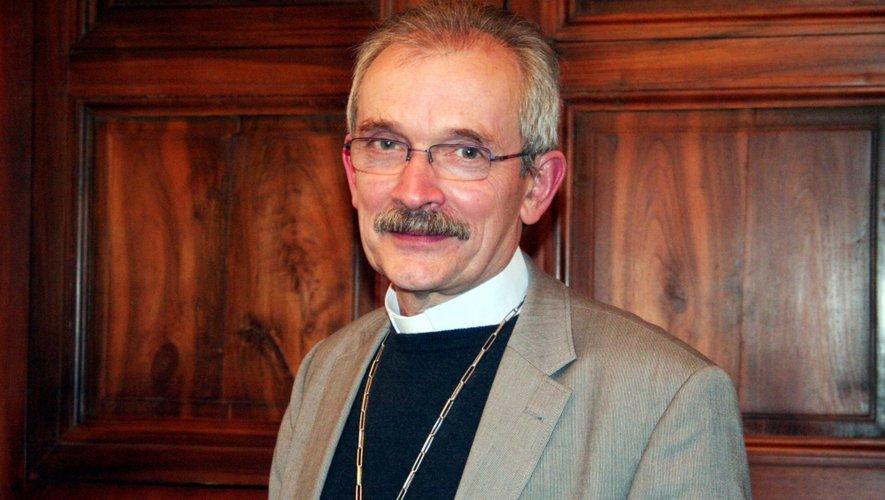 François Fonlupt, évêque de Rodez et de Vabres, se rend aujourd'hui au Salon accompagné par 14 autres évêque de France.
