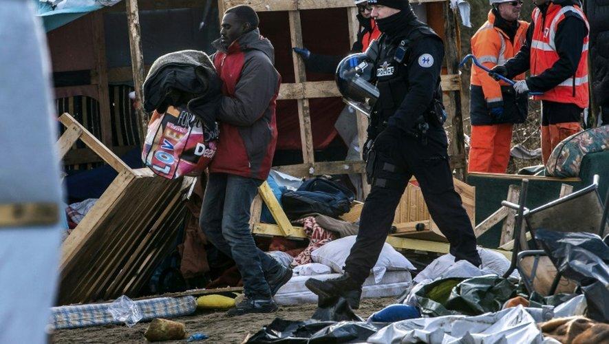"""Démantèlement de la """"Jungle"""" sous haute sécurité policière le 2 mars 2016 à Calais"""