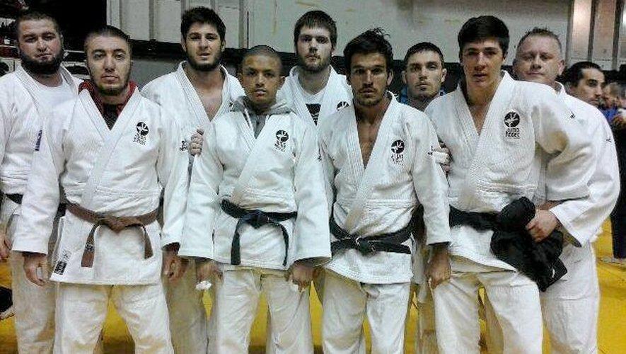 L'équipe ruthénoise emmenée par Fabien Noël (à dr., au 2e plan) : Eliev, Vital (-66 kg), Caors, Moulin (-73 kg), Labro, Gubaev (-81kg), Delonca, Malgouyres (-90kg), Adouyev, Sablon (+90kg).