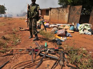 Centrafrique: la présidente prête serment, les violences continuent