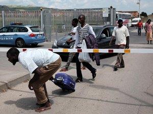 Méditerranée: pour les rescapés, ennui mortel au centre d'accueil en Sicile