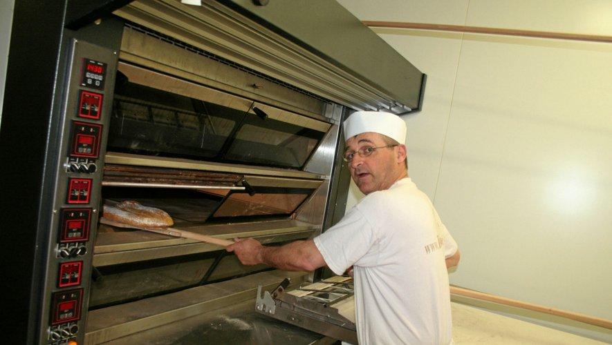 Didier Julhan, le nouveau boulanger du village, prépare environ 300 pains par jour.