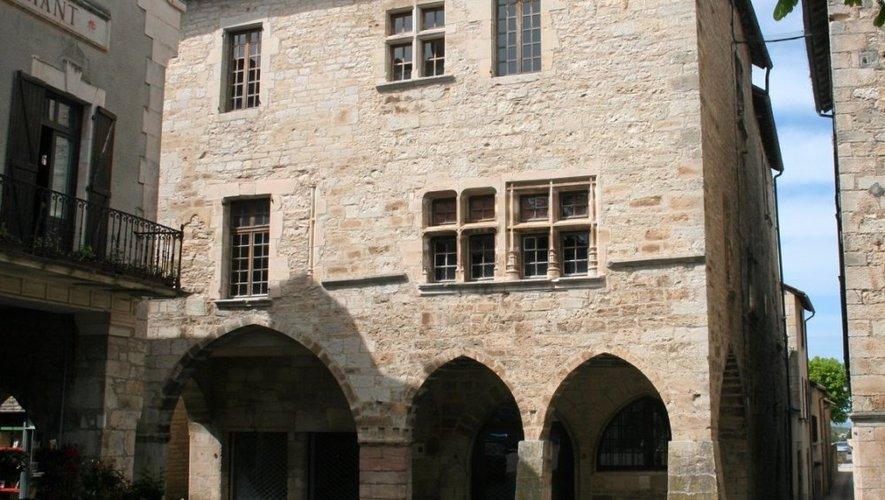 La Maison de la photographie devrait être installée dans cette bâtisse du XIVesiècle, située sur la place principale du bourg.