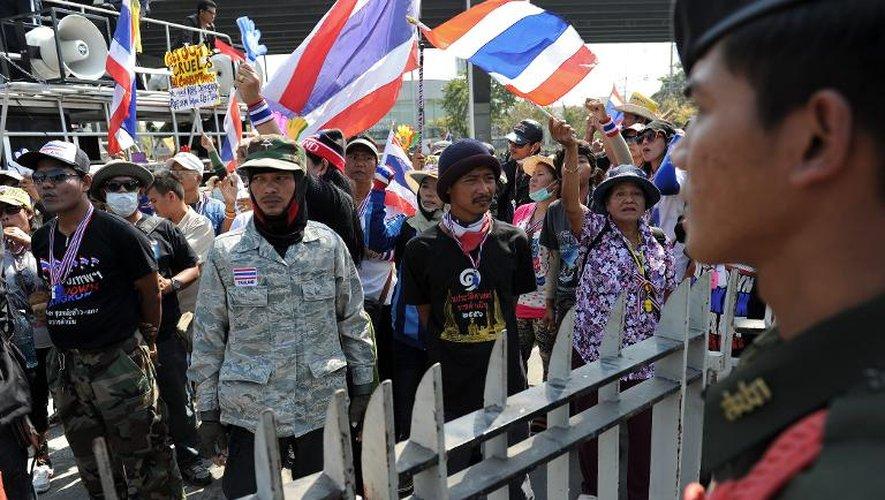 Des manifestants contre le gouvernement thaïlandais rassemblés à Bangkok pendant une réunion entre la Première ministre Yingluck Shinawatra et des membres de la commission électorale, le 28 janvier 2014