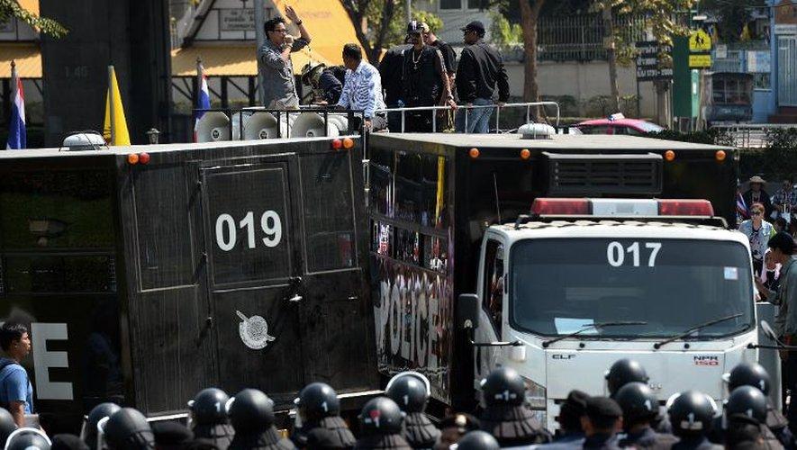 Des policiers antiémeutes face aux manifestants rassemblés à Bangkok pendant une réunion de la Première ministre thaïlandaise Yingluck Shinawatra et les membres de la commission électorale, le 28 janvier 2014