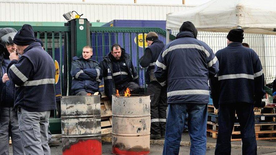 Des salariés bloquent le site de Mory Ducros le 29 janvier 2014 à Lesquin