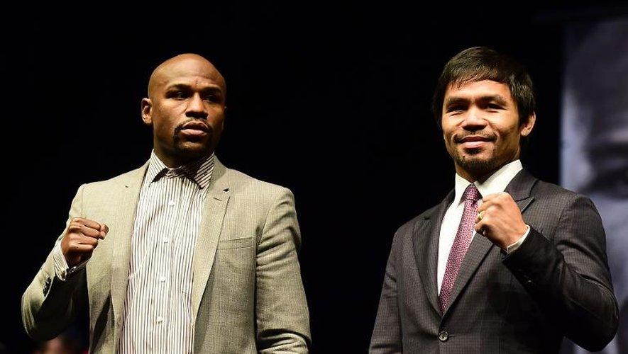 Les boxeurs philippin, Manny Pacquiao (d), et américain, Floyd Mayweather, posent lors d'une conférence de presse, le 11 mars 2015 à Los Angeles
