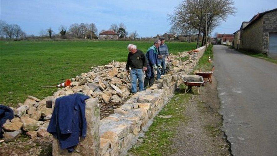 Les bénévoles de l'association ont déjà bâti plus de 200 mètres de murs entre Sainte-Croix et Marin.