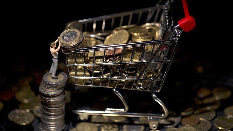 Une figurine remplit un  caddy miniature  de pièces de monnaie