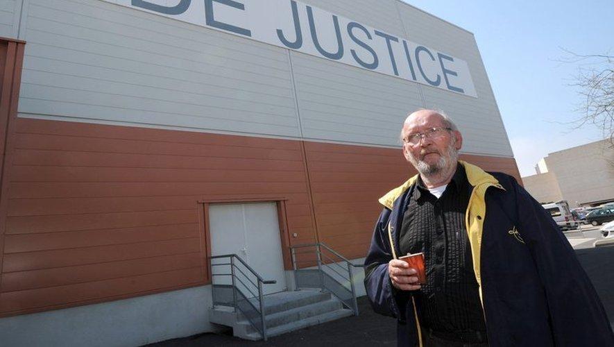 Le fondateur de l'entreprise PIP Jean-Claude Mas attend devant la salle où se tient son procès, le 18 avril 2013 à Marseille