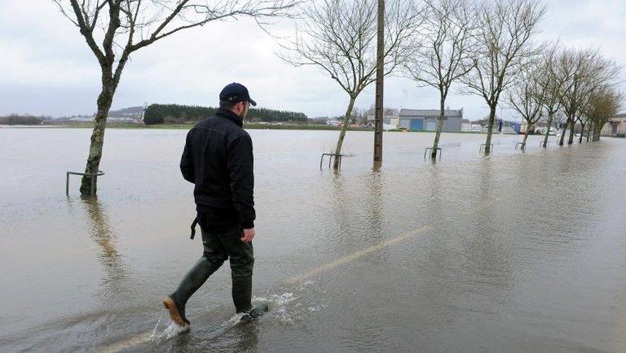 Un homme marche sur une route inondée par la crue de la Vilaine, à Redon le 9 février 2014
