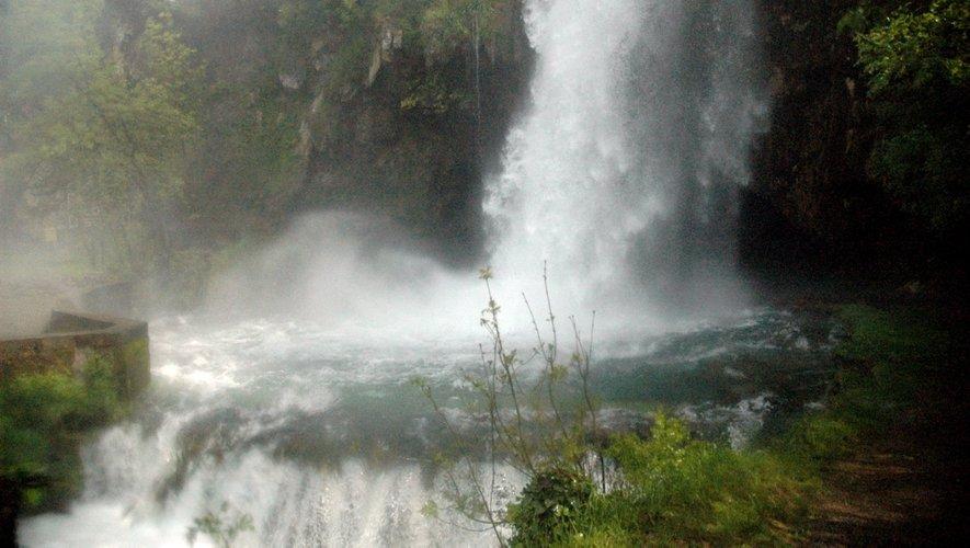 La cascade offre un spectacle spectaculaire.