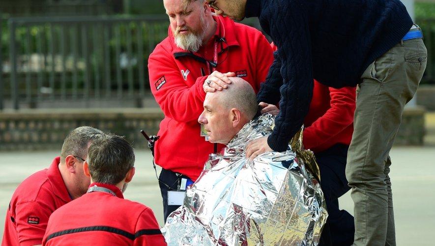 Une victime reçoit les premiers secours près de la station de metro de Maalbeek .