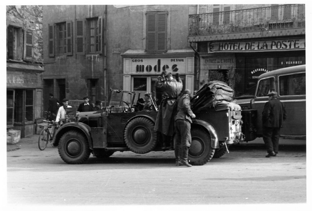 14novembre 1942. Cette photo de Louis Balsan est datée du 14novembre, mais les troupes allemandes arrivent  à Rodez le 11novembre. On y voit une voiture d'officiers allemands qui  stationne en haut de la rue Béteille. Les soldats franchissent la ligne de démarcation ce même jour. Environ 1 500 militaires arrivent à Rodez et 800 à Millau. L'état-major de liaison s'installe à l'hôtel Biney, rue Gambetta.