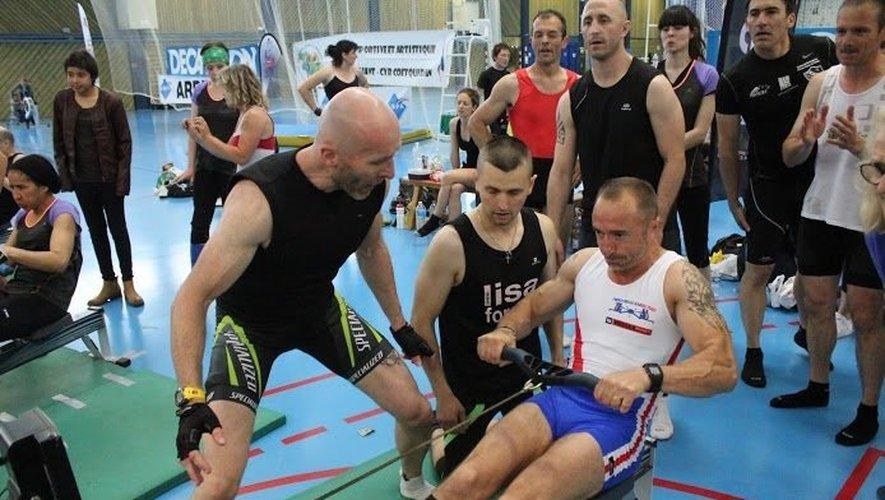 Originaire de Sénergues, Fabien Fayel (au centre) a pulvérisé avec son équipe ce week-end le record du monde d'aviron indoor.