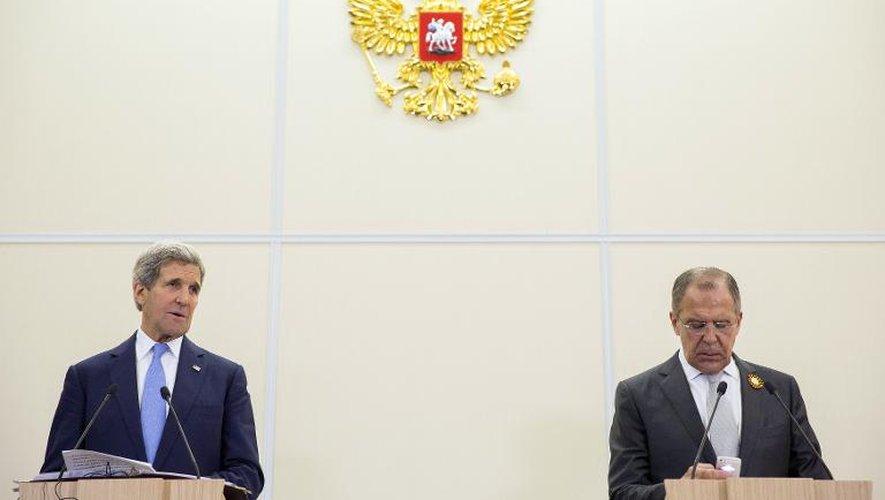Le Secrétaire d'Etat américain John Kerry et le ministre russe des Affaires Etrangères Sergueï Lavrov à Sotchi en Russie, le 12 mai 2015