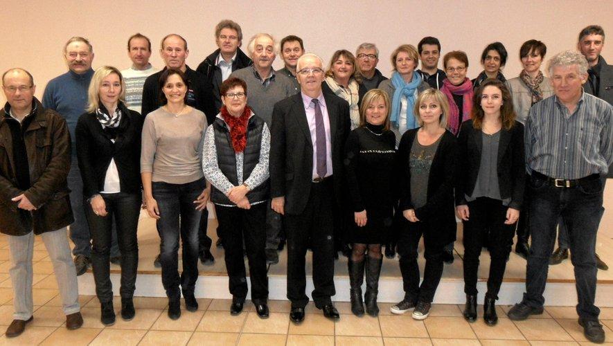 """Jean-Luc Calmelly (au centre) présente une liste renouvellée à 40%; """"représentative de la population de la commune dans sa démographie et sa sociologie""""."""