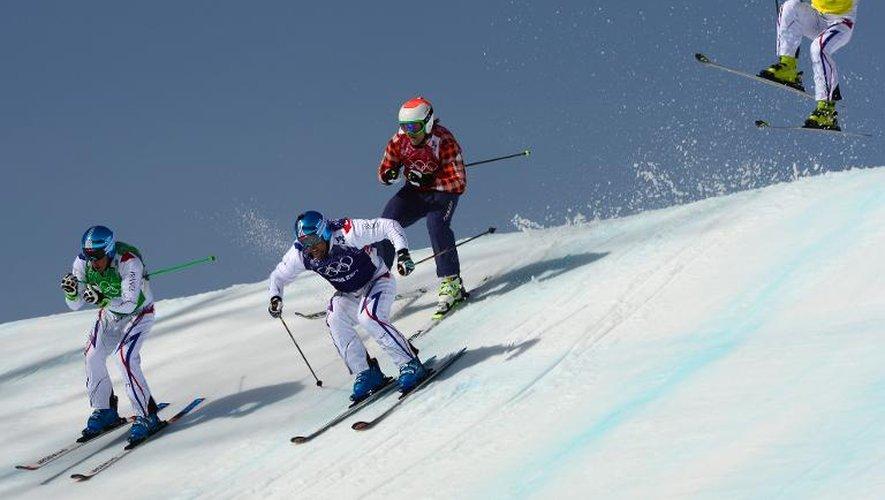 Les Français Arnaud Bovolenta (bleu), Jean Frédéric Chapuis (vert) et Jonathan Midol (jaune) lors de la finale du skicross messieurs aux JO de Sotchi, le 20 février 2014 à Rosa Khoutor
