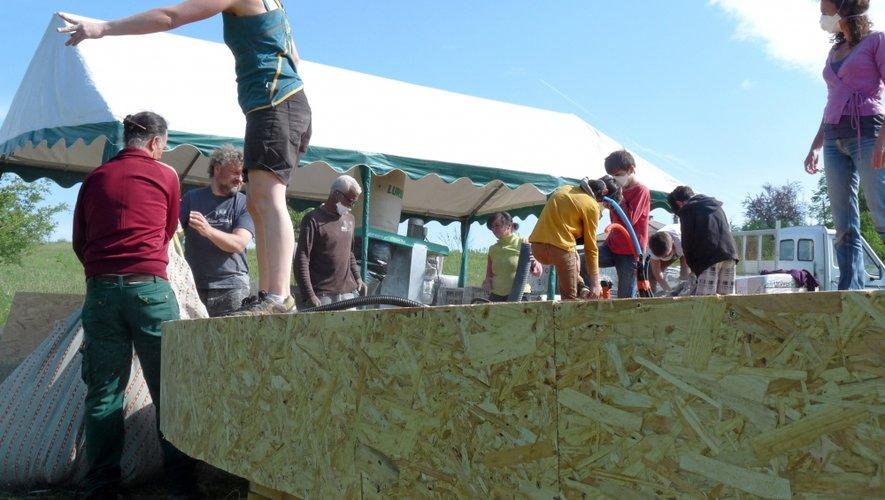 La première phase de construction a permis à vingt personnes de venir découvrir et partager les techniques de construction d'une yourte en bois.