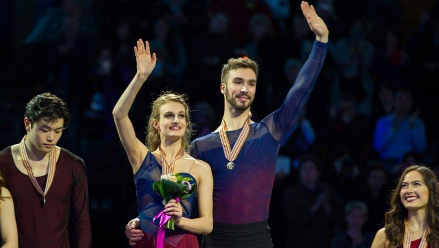 Les Français Gabriella Papadakis et Guillaume Cizeron sur la première marche du podium après leur titre en danse sur glace aux Championnats du monde de patinage artistique, le 31 mars 2016 à Boston