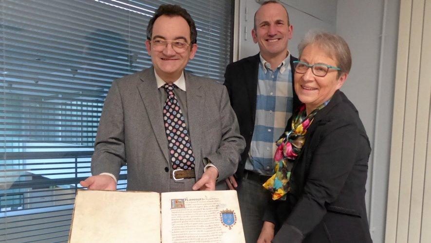 Nicolas Revel et Catherine Cazelles, membres de « Cisterciens en Rouergue », avec Alain Venturini, directeur des Archives.