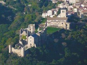Saissac Le château se dresse au-dessus du précipice