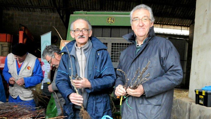 L'association présidée par Gérard André (à d.) et François Aigouy (à g.) est à la recherche d'espèces de fruits oubliées.