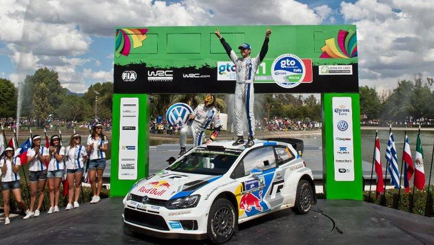 Le Français Sébastien Ogier juché sur sa Polo après sa victoire au rallye du Mexique, le 9 mars 2014 à Leon
