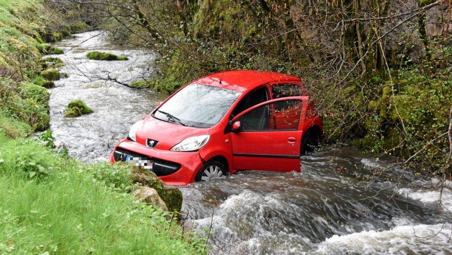 S'il n'a pas été blessé, son pauvre véhicule quant à lui se trouve désormais garé en zone humide...