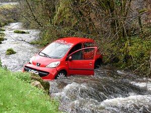 Une voiture finit sa course... dans le ruisseau