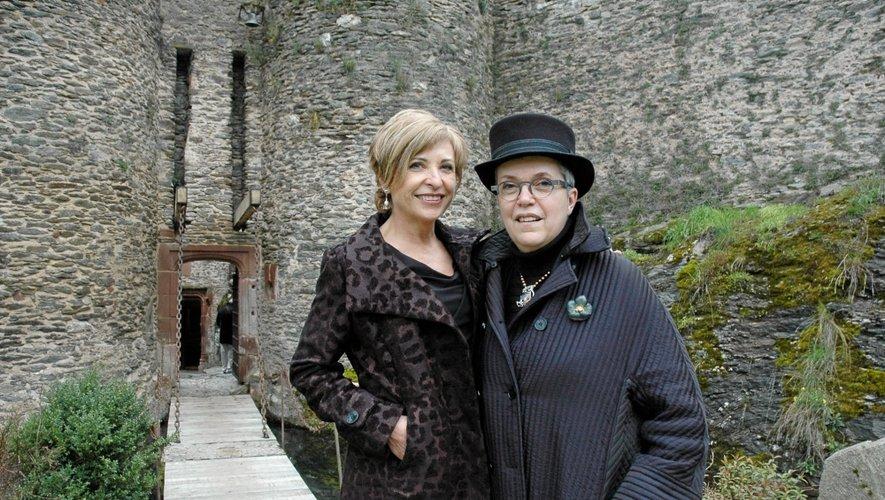 La propriétaire new-yorkaise du château, Heidi Leone, et son amie peintre et illustratrice, Anne Bachelier, une habituée de Belcastel.